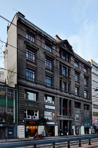 Escola primária de Gálata, uma de muitas que outrora serviram à comunidade grega de Istambul. Abandonada há anos, foi ocupada durante a bienal pela exposição Adhocracy