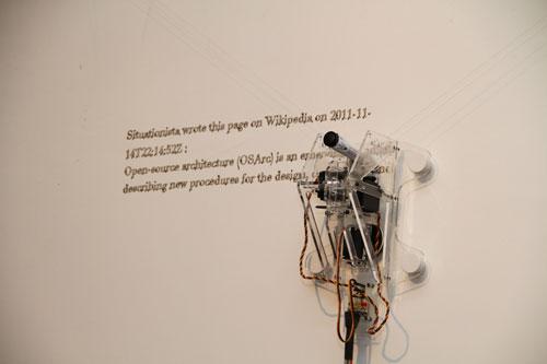 Quando Joseph Grima pediu ao estúdio italiano Carlo Ratti Associati para escrever um manifesto sobre arquitetura open?source, eles responderam com uma página de Wikipédia, para que este pudesse ser permanentemente atualizado. Na exposição, o texto foi continuamente escrito e reescrito em uma parede por uma plotter vertical